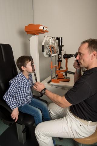 Sehschule für Kinder und Jugendliche Augenarztpraxis Rheydt Untersuchung durch Augenarzt der Vision100